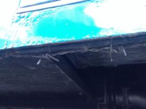 0926装甲車の下に有刺鉄線